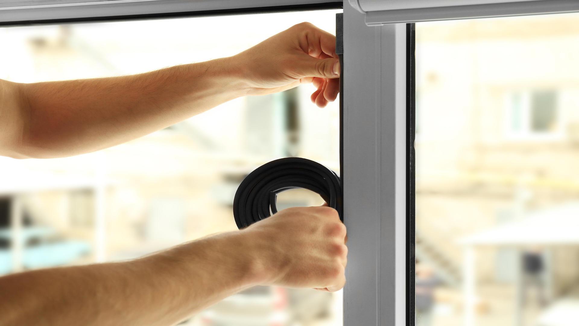 Pose d'un joint d'isolation pour porte ou fenêtre
