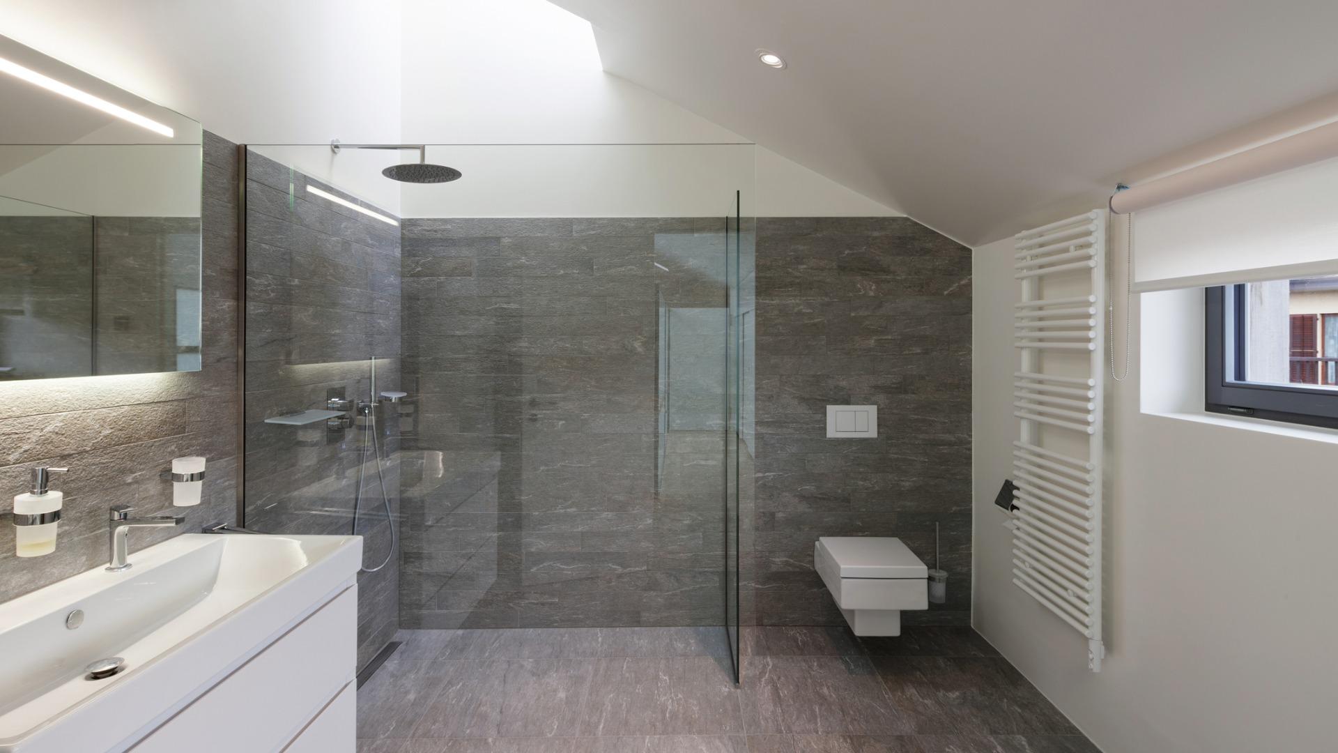 Pose de paroi de douche à italienne