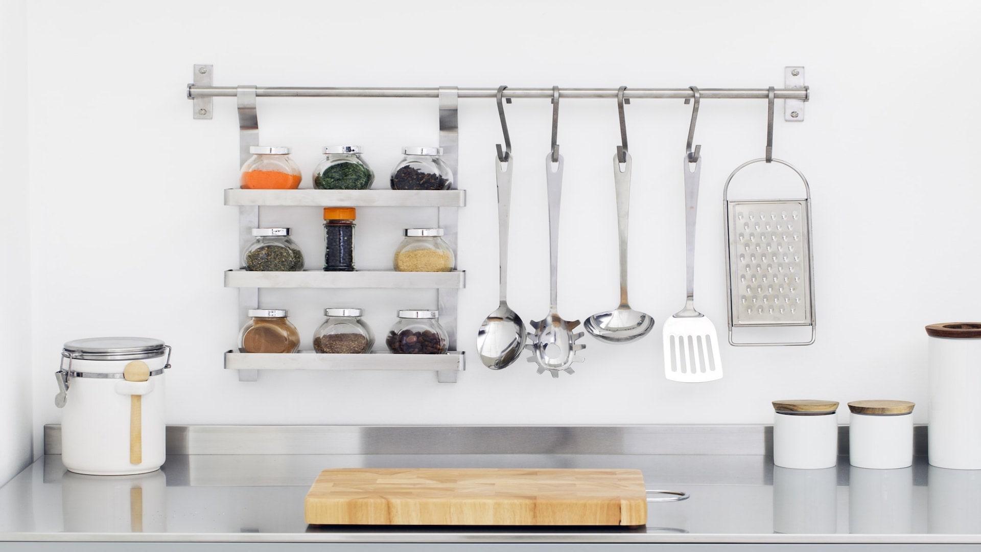 Pose et fixation d'accessoires de cuisine