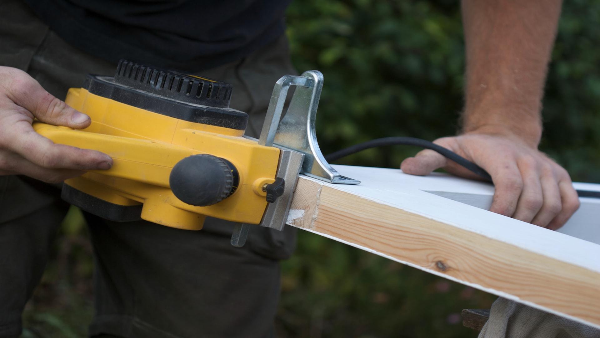 Rabotage d'une menuiserie en bois